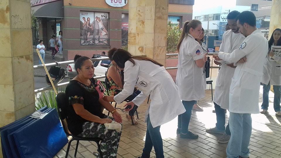Alunos da Faculdade Dom Bosco realizam atividade de correção postural no Calçadão