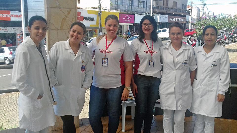 Acadêmicos levam posto de divulgação da saúde ao Calçadão em Cornélio